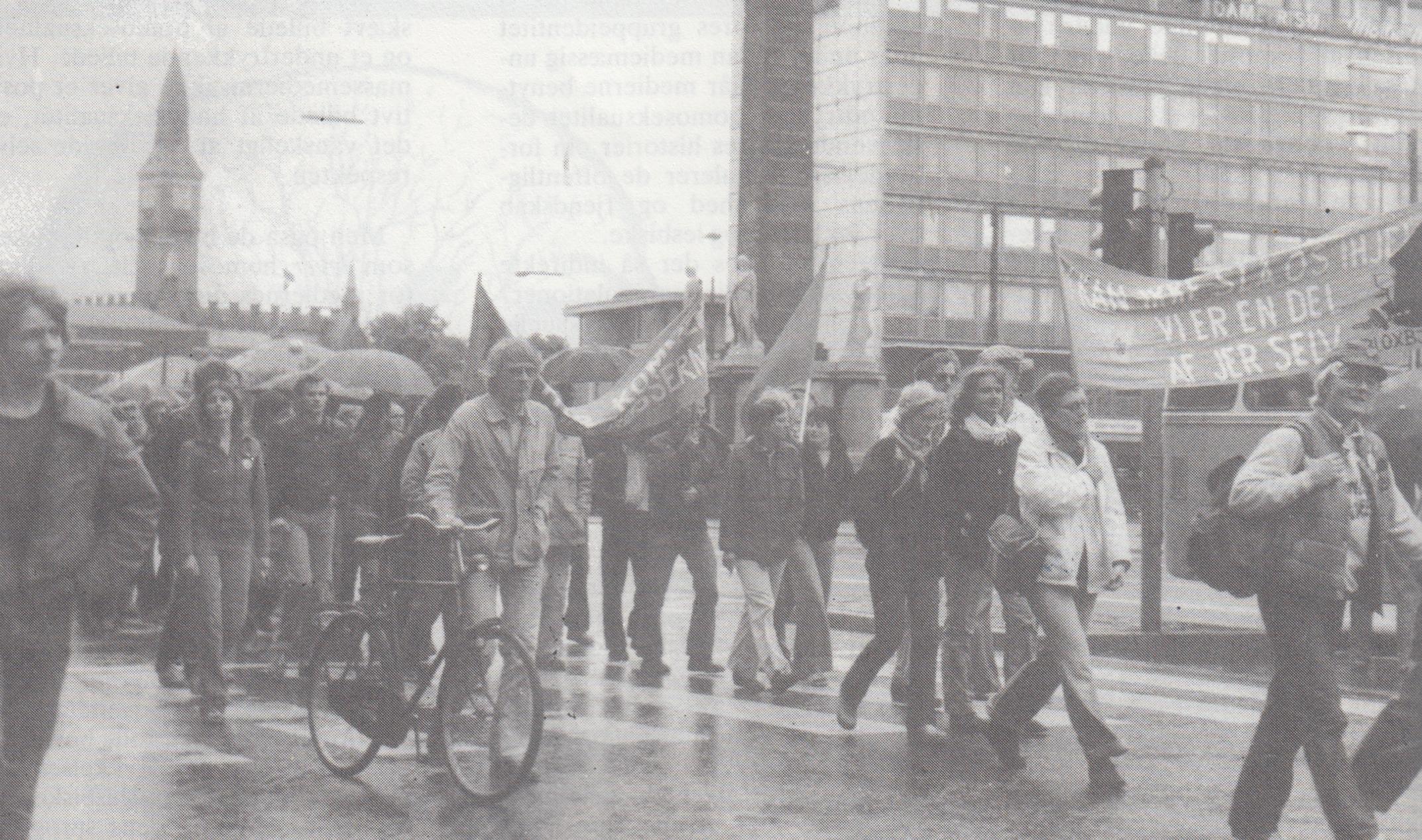 Gammelt billede af en demonstration i København. LGBT+ personer demonstrerer med bannere og i baggrunden ses Københavns Rådhus
